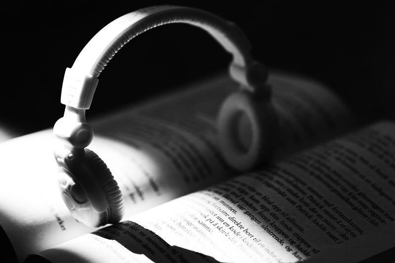 Eine ewige Diskussion: Buch vs. Hörbuch. Dabei ist das wie Äpfel mit Birnen vergleichen. Beides hat seine Daseinsberechtigung und manchmal sind Hörbücher einfach praktischer.