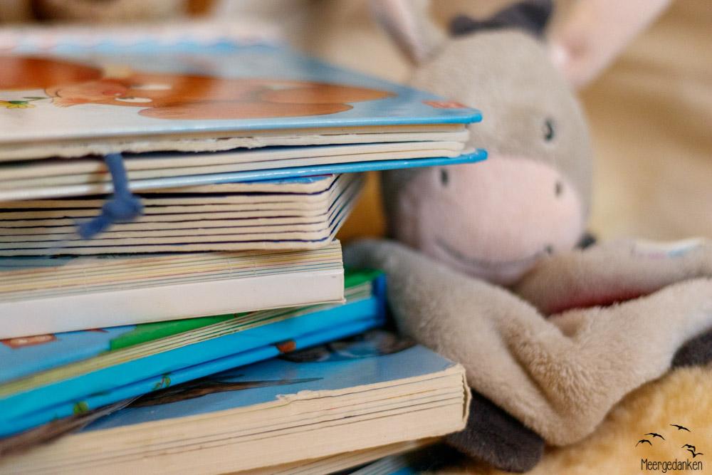 Manchmal wollen Kinder keinen Mittagsschlaf machen, obwohl sie ihn brauchen. In solchen Situationen hilft eine Kuschelhöhle: Kraft tanken beim Bilderbücher ansehen (und vielleicht dabei einschlafen).